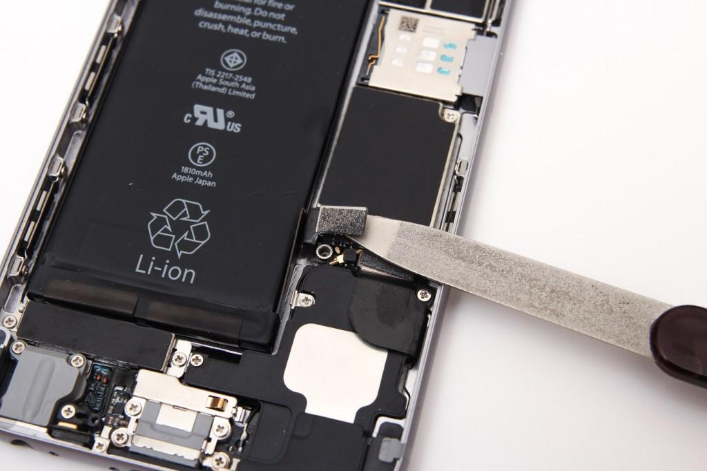 Как отсоединить шлей батареи на iPhone 6. Фото №4